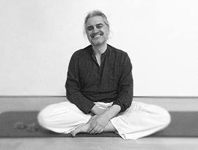 professeur de cours de kriya hatha yoga à paris avec camille curcuru kriyayogaparis